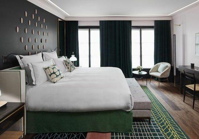 lit haut américain dans une grande chambre